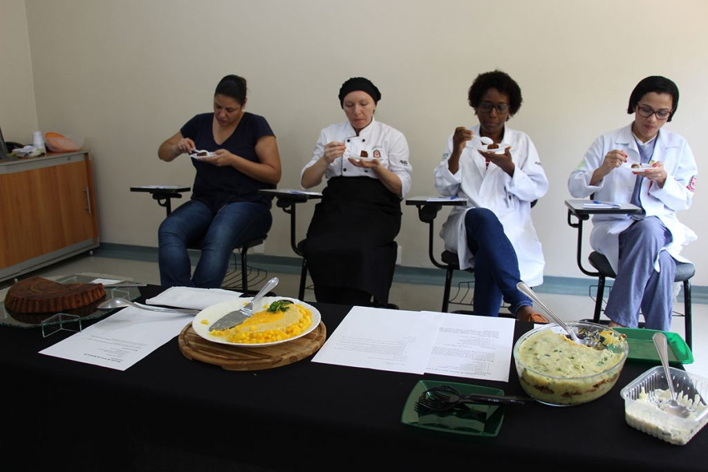 Juradas experimentando e dando notas aos pratos